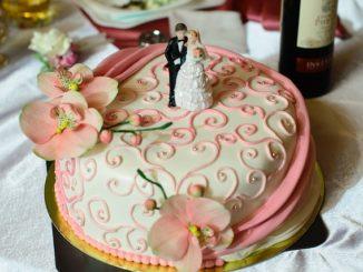 Różne dekoracja na tort weselny